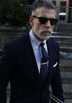 ピンストライプのネイビースーツに合わせたネイビーの小紋ネクタイを合わせた着こなし