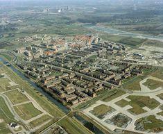 Luchtfoto van wijk Lunetten in aanbouw - 1983   In het midden de Simplonbaan en rechts op voorgrond de nog in aanleg zijnde Filipijnen en omgeving. Op achtergrond de aanleg van de A27 (HUA) Utrecht, City Photo