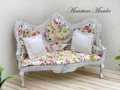 Miniaturas casa de muñecas victoriana sofá y 2 almohadas