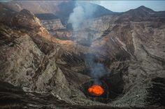 Sur les volcans du Vanuatu - Les randonneurs de l'extrême Vanuatu, South Pacific, Pacific Ocean, Destinations, Paris Match, Island Nations, Destination Voyage, Volcanoes, Lava
