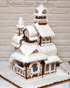 A gingerbread house is sooo adorable and pretty! But these incredible ones take gingerbread houses to the next level! Easy Gingerbread House, Gingerbread House Template, Gingerbread House Designs, Gingerbread Decorations, Gingerbread Cake, Christmas Decorations, Noel Christmas, Christmas Treats, Christmas Baking