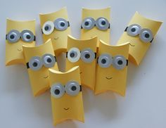 minions gift wrapping made of toilet paper rolls upcycling More Source by aspazab Minion Gifts, Minion Craft, Minion Birthday, Minion Party, Easy Paper Crafts, Diy And Crafts, Diy For Kids, Crafts For Kids, Pillow Box