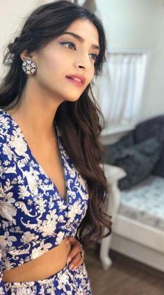 Neue Hochzeit Make-up Indian Sonam Kapoor Ideen - Makeup looks - Mode Bollywood Celebrities, Bollywood Fashion, Bollywood Actress, Bollywood Saree, Bollywood Girls, Make Up Looks, Sonam Kapoor Hairstyles, Indian Designer Wear, Beautiful Indian Actress