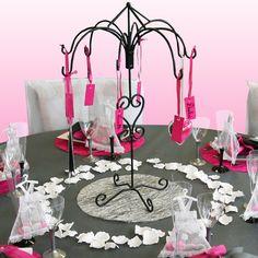 """Imposant mais très élégant, le centre de table est un présentoir """"arabesque"""" en métal. A l'origine, cet objet est utilisé pour y présenter des contenants à dragées ou divers éléments de décoration. Pour cette table, nous avons décidé de nous en servir comme marque-places géant !"""