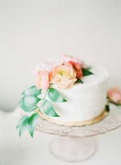 Delicate peach, pink, and green one-tier cake | Photography: Connie Dai Photography