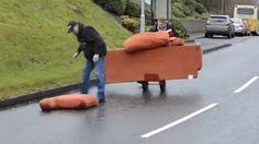 Betrunkene Iren transportieren Sofa Zwei Herren im nordirischen Drumquin transportieren ihr Sitzmöbel und sind dabei ziemlich betrunken. Da fliegt der ein oder