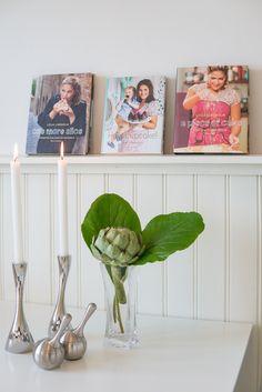 snyggt med allmogepanelen i köket, och bra list för kokböckerna!