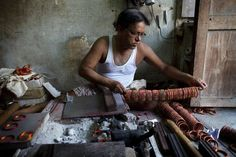 A craftsman making bangles in the Old City, Hyderabad, India. India Travel, India Trip, Simplicity Is Beauty, Working People, Life Form, Old City, Incredible India, Hyderabad, Homeland