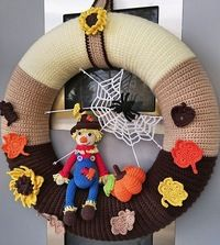 Crochet Christmas Wreath, Crochet Wreath, Crochet Fall, Diy Crochet, Crochet Crafts, Yarn Crafts, Halloween Clay, Halloween Crochet, Halloween Crafts