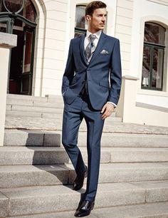 Moderner, blauer Anzug für den Bräutigam aus der Frühjahr/Sommer Kollektion 2016 von WILVORST. Herrenanzug Trends 2016.