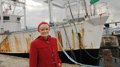 Francine Cousteau posedevant la calypso, le 10 octobre 2007 à La Rochelle