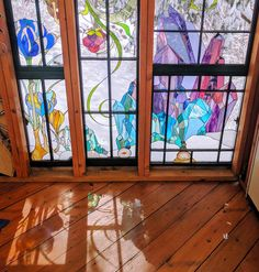 Artist Neile Cooper built this dreamy stained Glass Cabin in the middle of the woods. The Glass Cabin is made almost entirely from repurposed window frames and lumber. Stained Glass Designs, Stained Glass Art, Stained Glass Windows, Mosaic Glass, Glass Artwork, Glass Wall Art, Glass Door, L'art Du Vitrail, Glass Cabin