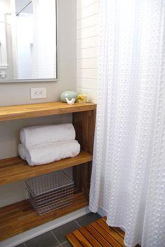 Verkoopstyling tip 6: Haal je persoonlijke spullen uit de badkamer, geef ze een ander plekje of berg ze op in mandjes. Frisse witte handdoeken is een absolute aanrader.