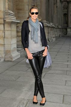Elle Macpherson looked sleek and chic in leather pants at Paris Fashion Week. Get her sexy ensemble here! Elle Macpherson, Leather Pants Outfit, Black Leather Pants, Leather Trousers, Leather Leggings, Legging Outfits, Casual Chic, Lederhosen Outfit, Casual Outfits