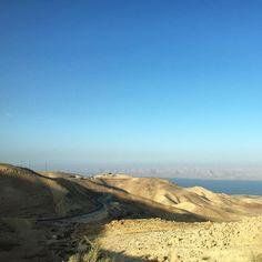 Salutiamo il Mar Morto dal finestrino del pulmino #shareyourjordan finisce oggi ma non finiranno le emozioni che ha saputo trasmettermi. Piano piano racconterò tutto di questo viaggio indimenticabile per ora vi lascio con questa vista dalla strada del mare sotto il livello del mare. Giordania questo è un arrivederci! #gojordan