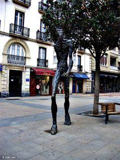 CAMINANTE. En la calle Eduardo Dato