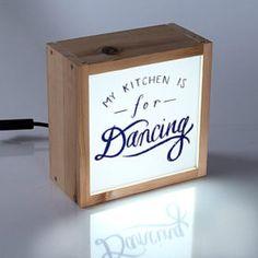 Visítanos y podrás encontrar cajas de luz para decorar tu casa -cocina, salón, habitaciones,.. - entre nuestros diseños propios o te la personalizamos.