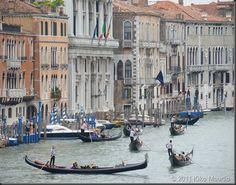 Em Veneza, o clima romântico é predominante na cidade. As gôndolas são muito charmosas, mesmo quando paradinhas, ancoradas na orla. Quando em movimento, muitas possuem cantores, criando um clima ainda mais cinematográfico.