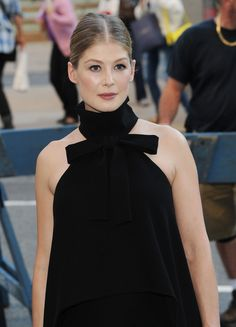 The Makeup Tricks Rosamund Pike Uses To Make Her Skin Glow. How to copy her lit-from-within look at the 'Gone Girl' premiere.