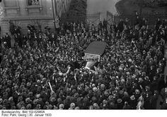 Ein interessanter Rückblick auf das ereignisreiche Jahr der nationalen Erhebung in Deutschland, vom 30. Januar 1933 bis jetzt! Der historische 30. Januar 1933 in Berlin. Adolf Hitler wurde vom Reichspräsidenten von Hindenburg zum Reichskanzler ernannt. Das Auto mit dem Reichskanzler Adolf Hitler, verläßt um 12 Uhr 40 von der jubelnden Menschenmenge begrüßt, die Reichskanzlei dem damaligen Sitz des Reichspräsidenten in der Wilhelmstrasse.
