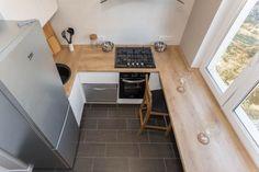 Projekt białej kuchni 6 m². mz drewnianym parapetem (8 zdjęć)