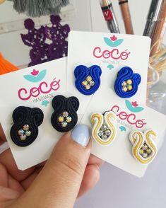"""Small """"things"""" become GREAT when done with LOVE! Quién quiere un par de estos mini soutache earrings? Soutache Earrings, Fashion Earrings, Women's Earrings, Earrings Handmade, Handmade Jewelry, Green Gifts, Small Things, Handmade Accessories, Beaded Embroidery"""