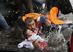 The Pulitzer Prize for breaking news photography has been jointly won by Reuters and The New York Times for images of the refugee crisis in Europe and the Middle East. Refugees In Europe, Help Refugees, Syrian Refugees, World Press Photo, Moving Photos, Steve Mccurry, Refugee Crisis, Robert Doisneau, Powerful Images