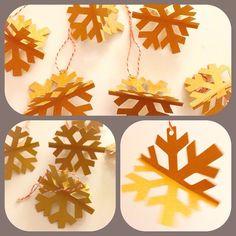 Colgantes copos de nieve asterisco de papel para tu arbolito! Set de 6 por $8.000. Elige tu color: dorado, verde o rojo! ❤️✨