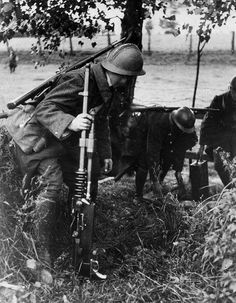 1939, France, 3 soldats français dont un armé d'une mitrailleuse Hotchkiss Mle.1914 de 8mm posent des mines devant le ligne Siegfried