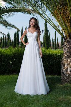 Nádherné jednoduché svadobné šaty s čipkovaným vrškom a jemnou sukňou  Svadobné Šaty 8faa642a97d