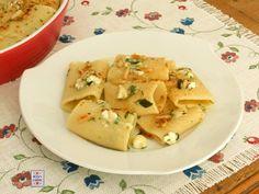 Pasta alle erbe aromatiche tritate e formaggio di capra, più pinoli tostati e paprica dolce. Facilissima e molto veloce da cucinare.