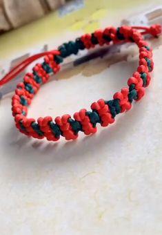 Diy Bracelets Video, Diy Friendship Bracelets Patterns, Handmade Bracelets, Boys Bracelets, Macrame Bracelet Patterns, Macrame Jewelry, Macrame Bracelets, Hand Jewelry, Diy Crafts Jewelry