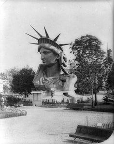 Estátua da Liberdade, ainda em exposição em Paris, na França, antes de ser levada para os Estados Unidos.