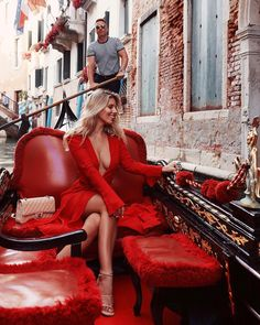 I would be happy to make this my permanent mode of transportation 👌🏼♥️ and also to stay in Italy forever 😍 Natasha Oakley, Shopping Outfits, Luxury Lifestyle Fashion, Venice Travel, Mein Style, Luxe Life, Mode Streetwear, Red Fashion, Travel Style