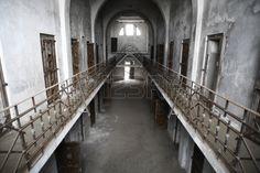 古い放棄された刑務所のカラー写真 写真素材