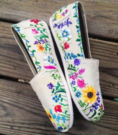 Best 12 A wonderful Spring shoe! These custom toms are adorned with a variety of hand painted flowers. Perfect for spring and summer fashion or a great gift for a gal with a green thumb! This design is hand painted. Due to the custom hand painted nature o Painted Toms, Painted Canvas Shoes, Hand Painted Shoes, Painted Clothes, Shoe Art, Vintage Embroidery, Spring Shoes, Custom Shoes, Ballerinas