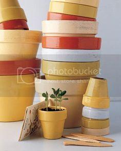 40 Ideas to Dress Up Terra Cotta Flower Pots – DIY Planter Crafts {Saturday Inspiration & Ideas} Diy Painted Vases, Painted Pots, Diy Planters, Garden Planters, Decorative Planters, Planter Ideas, Ceramic Planters, Balcony Garden, Terra Cotta