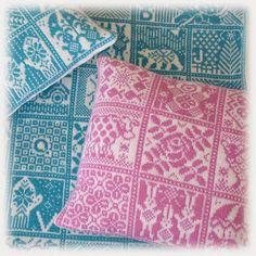 Strikket teppe og puter Alexander Mcqueen Scarf, Quilts, Blanket, Pillows, Knitting, Muffins, Muffin, Tricot, Quilt Sets