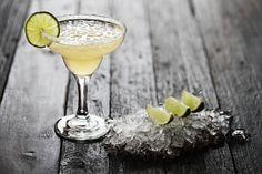Ingredientes. 1 ¼ onzas de tequila 8 mesas. ½ onza de triple seco ½ onza de jugo de limón Preparación. Prepáralo en la coctelera con hielo. Mezcla muy bien, cuelar y sirve en copa de coctel con el ...