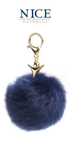 ¡La fiebre navy sigue en aumento! Entra en la tendencia de colores de primavera con este llavero de pompón ideal para llevar en tus bolsos favoritos.