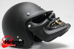 Un bon casque avec une excellente protection est une nécessité absolue quand on fait de la moto (et les deux roues en général), mais on peut toujours rajouter un petit côté fun à cet accessoire ind…