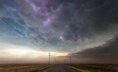 """Nos últimos quatro anos, o caçador de tempestades Mike Olbinski tem fotografado fenômenos climáticos extremos no sul dos EUA. Nesta foto, uma grande cortina de nuvens chamada de """"mammatus"""" se forma no Texas e um raio encontra um caminho entre as bolhas no céu"""