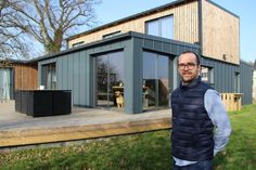 Killian Chastel built his atypical house by himself, near Dinan, by welding six containers that crossed the oceans. Tiny Container House, Building A Container Home, Storage Container Homes, Container Buildings, Container Architecture, Steel Frame House, A Frame House, Shed Homes, Prefab Homes