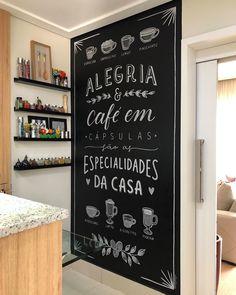Chalkboard: tutorials and 75 incredible suggestions to bet on this idea Kitchen Blackboard, Blackboard Art, Chalkboard, Living Room Decor, Bedroom Decor, Chalk Design, Coffee Corner, Lettering Tutorial, Blackboards