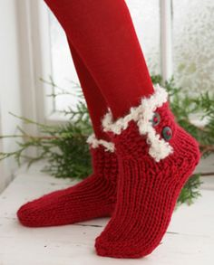 """Knitted DROPS Christmas socks in """"Eskimo"""" with crochet border in """"Puddel"""". ~ DROPS Design - free pattern, need to brush up on my knitting skills for this one Knitted Slippers, Crochet Slippers, Knit Crochet, Crochet Granny, Knitting Patterns Free, Free Knitting, Crochet Patterns, Crochet Borders, Stitch Patterns"""