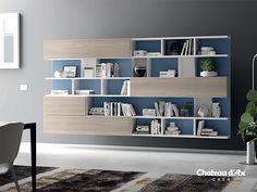 parete libreria azzurra e toni neutri