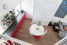 Remontti yhdisti pirteä punaisen avokeittiön moderniin olohuoneeseen tässä tyylikkäässä loft-asunnossa.  #olohuone #avokeittiö #keittiöremontti #huoneistoremontti #loft Home Decor, Homemade Home Decor, Decoration Home, Interior Decorating