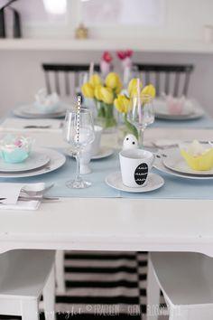 ein gedeckter Ostertisch und ein sweet table