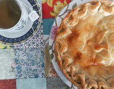 Este frio pede a Torta da Vovó ( Massa de Iogurte com Recheio de Frango )  e um chá quentinho. #tortadavovó #chicken #chickenpie #grandmapie 🐔 🐔 🐔 ☕ @donamanteiga #donamanteiga #danusapenna #amanteigadas #escorreganamanteiga #gastronomia #food #dessert #pie www.donamanteiga.com.br