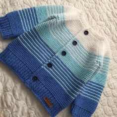 Baby-Strickanleitung baby Beadwork Knitting Kostenlose Strickanleitung für Baby-Overall patterns Poncho Vicky Wolff Crochet Baby Poncho, Baby Boy Knitting, Knitted Baby Cardigan, Crochet Toddler, Knitting For Kids, Baby Knits, Baby Hoodie, Baby Boy Sweater, Baby Sweaters